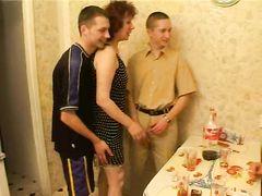 Хлопцы напоили и трахнули зрелую соседку прямо на кухонном столе