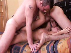 Платная девочка за деньги ублажает двух парней своими теплыми дырочками