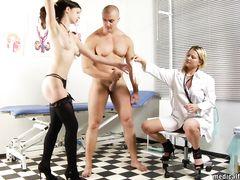 Медсестры дрочат ступнями ног пенис русского качка на медосмотре