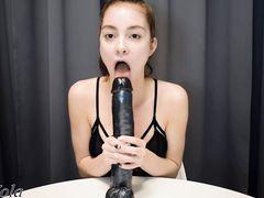 Перед вебкамерой звезда секс чата имитирует минет на огромном дилдо
