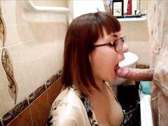Через дырочку в занавеске в душе молодая особа высасывает сперму из яичек любимого