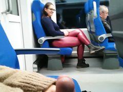 Незнакомка в общественном транспорте облизывает залупу счастливому парню