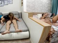 Озабоченная дама подглядывает за сексом сестры и дрочит пизду