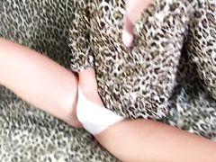 Наивной милашке затолкали длинный дрын в отверстие между ног