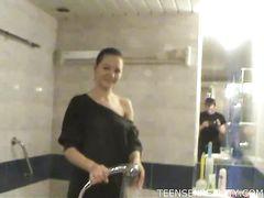 Голодный озабоченный чувак трахает подругу друга в ванной