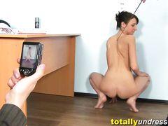 Сексуальная сцена с участием очаровательной голой брюнетки на интимном собеседовании