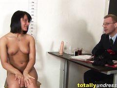 Стервозная деваха проходит проходит сексуальное собеседование ради работы