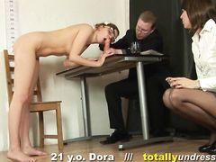 Очкастая чувиха получает работу порно актрисы после приватного собеседования