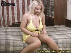 У себя на квартире грудастая блондинка мастурбирует и ебется как жрица любви