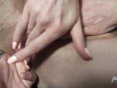 Бурный оргазм девушки в маске во время домашней мастурбации
