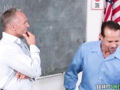 Два преподаватели трахают по очереди сексуальную студентку