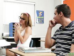 Очкастая студентка в чулках трахается с ботаном ради домашки