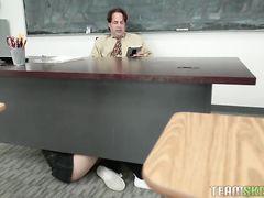 Юная студентка отсосала под столом и потрахалась с учителем