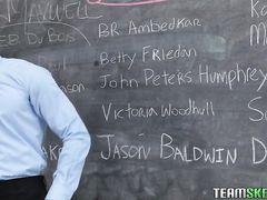 Чернокожий преподаватель трахает большим членом белую студентку