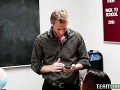 Учитель географии трахается на столе красивую студентку мулатку
