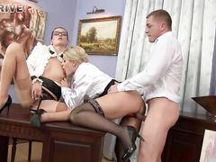 Богатый мужик трахнул и обоссал двух послушных девочек в чулках