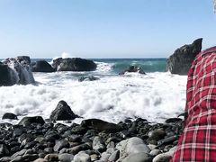 Блондинка с натуральной грудью трахается на пляже с бойфрендом