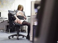 Начальник спалил за мастурбацией на работе и трахнул секретаршу