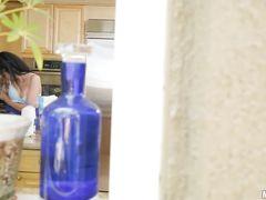 Легкомысленная телка с красивым телом трахается на кухне с соседом