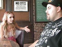 Поссорившаяся с парнем девушка занялась сексом в ресторане