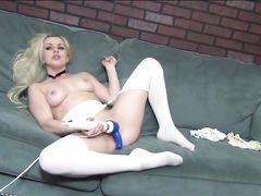 Вольная девушка с вибратором красиво мастурбирует в эрочате
