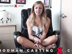 Молоденькая куколка показывает волосатую пизду на секс кастинге Вудмана