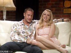 Страстные молоденькие любовники снимают домашний секс на видео