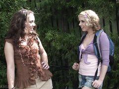 Сладострастные лесбиянки с вибраторами доводят друг друга до экстаза