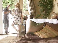Рабочий трахнул хозяйку с маленькими сисечками у нее в спальне