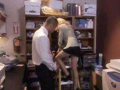 Миниатюрная секретарша и начальник потрахались в подсобке