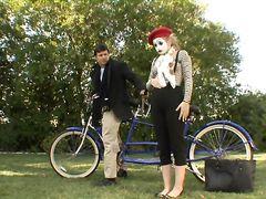 Миниатюрная девушка мим трахается в парке с незнакомцем