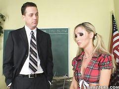 Директор школы дрючит 18 летнюю второгодницу в короткой клетчатой юбке