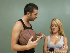 Баскетбольный тренер трахнул в спортзале большегрудую блонду