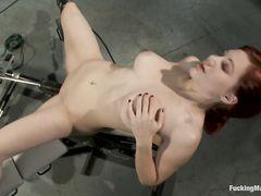 Бестия с рыжими волосами испытывает анальную секс машину
