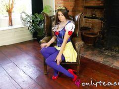 Большегрудая косплеерша в роли принцессы раздевается догола