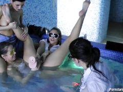 Клевая вечеринка в бассейне с развратными пьяными девушками