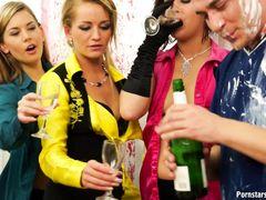 Пьяные девушки в одежде ебутся с жиголо во время секс вечеринки