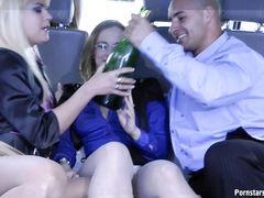 Три пьяные девушки трахаются в машине с лысым мужиком
