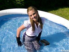 Мокрая девушка в одежде отсосала в бассейне стоячий хуй парня