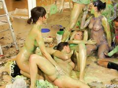 Толпа девушек обмазанных краской трахается с выносливым ебарем