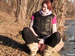 На берегу речки рыжая сучка снимает штанишки и писает
