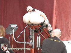 БДСМщики испытывают секс машину на пизде связанной мазохистки
