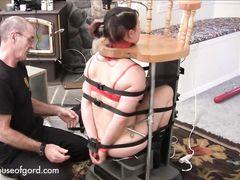 Опытные БДСМщики устроили необычную пытку голой девушке