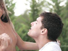 Приятная русская худышка занялась сексом на улице со своим парнем