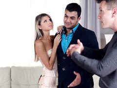 Костлявая русская минетчица старательно поработала ртом с членами парней