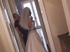 Невеста с большими сиськами примеряет красивое свадебное платье