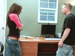 Неопытные юные брат и сестра трахаются на столе впервые
