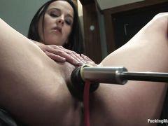 Двойная секс машина жестко трахает брюнетку в две дырки сразу