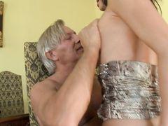 Седовласый старик трахнул молодую девочку в задницу
