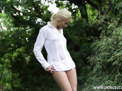 Игривая блондинка занимается анальным сексом с негром